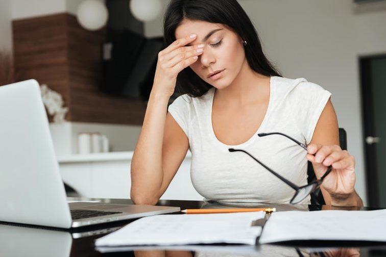 التهاب العين من أعراض الإصابة بجفاف العين
